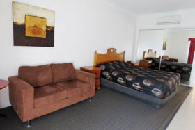 Emerald Gardens Motel & Apartments - Luxury Motel Room